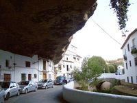 16 ошеломляющих снимков города, построенного под скалой