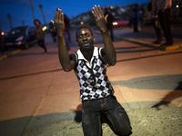 Африканцы на границе с Испанией штурмуют забор
