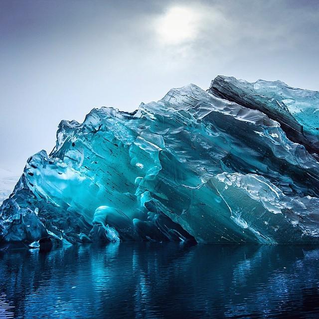 Почему айсберг переворачивается