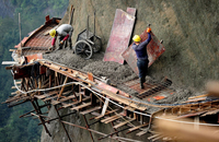 Опасная работа китайских строителей