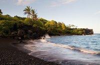 15 самых потрясающих в мире пляжей с черным песком