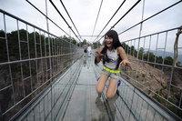 Туристы боятся ходить по новому ужасающему стеклянному мосту в Китае!