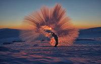 Что будет, если пролить горячий чай возле полярного круга при температуре -40 °С?