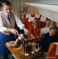 15 любопытных снимков о том, чем кормили в самолетах 50 лет назад