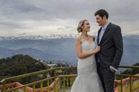 Пара променяла роскошную свадьбу на незабываемые церемонии в 8 разных уголках мира