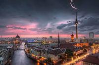 17 впечатляющих фото мощнейших ударов молний в разных уголках мира