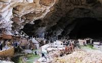 В этой гигантской пещере живет 100 человек, и даже была школа