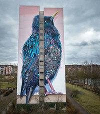 Кажется, это просто гигантская птица на одном из домов Берлина, но...