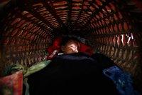20 фото людей со всего мира, уснувших в самых странных и непригодных для этого местах