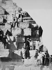 На вершине чуда света: ретрофотографии туристов на пирамидах Гизы