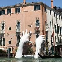 В Венеции установили скульптуру, напоминающую о глобальном потеплении