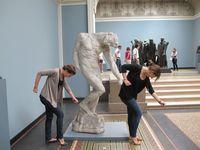 10 примеров того, как люди вывели позирование со скульптурами на новый уровень
