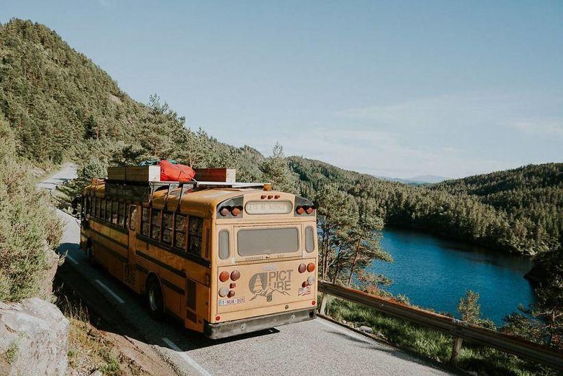 Семья сделала из школьного автобуса настоящий хостел и путешествует по Европе