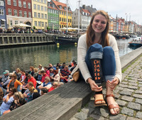 Женщина превращает свой протез в табличку для подписи фотографий из путешествий