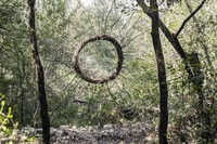 Художник прожил в лесу целый год, преображая его своими мистическими скульптурами