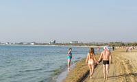 Обратите внимание на количество людей, присутствующих на пляже в самый разгар дня!