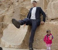 Самый высокий мужчина и самая маленькая женщина в мире встретились в Египте