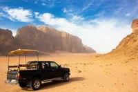Путешествие в пустыню лучше совершать в закрытом внедорожнике