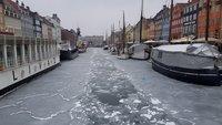 Канал на набережной в начале марта скован льдом