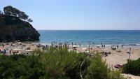 В сентябре на пляже Cala Crancs есть, где примоститься
