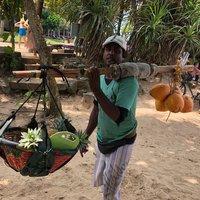 Кокосы и ананасы можно купить на пляже