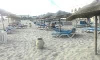 Белый песок пляжа на острове Джерба