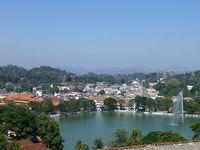 Озеро находится в центре города и оживляет пейзаж