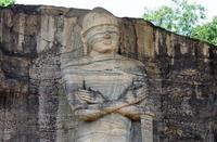 Лица и телосложение статуй слишком схематичны