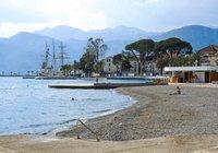 Тиват: городской пляж в начале лета выглядит вот так!