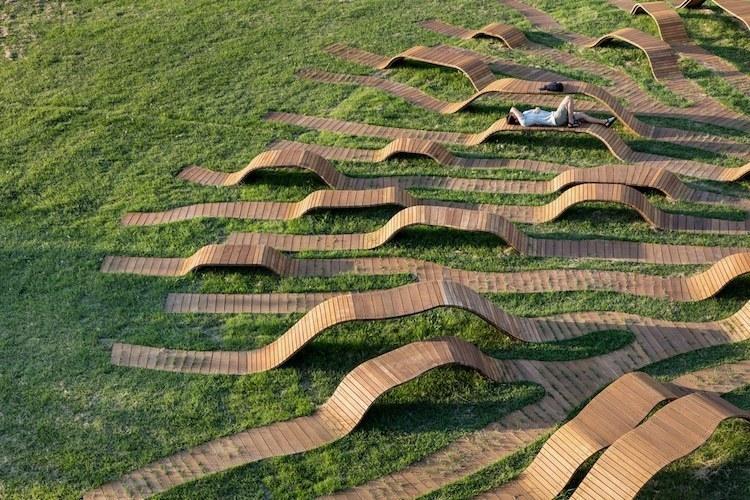 В Сеуле установили потрясающую скамью в виде корней дерева