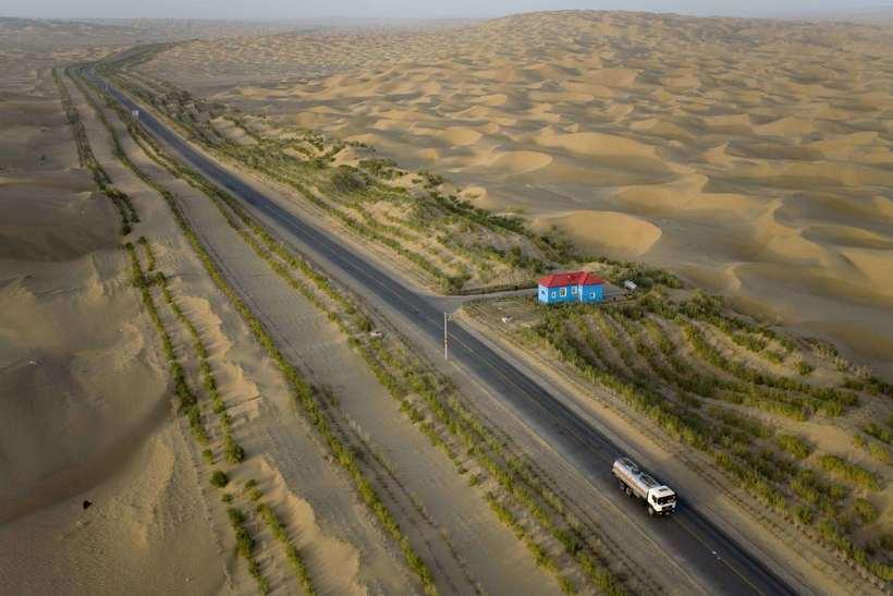 Ради чего китайцы построили 450 км трассы посреди пустыни, где никто не живет