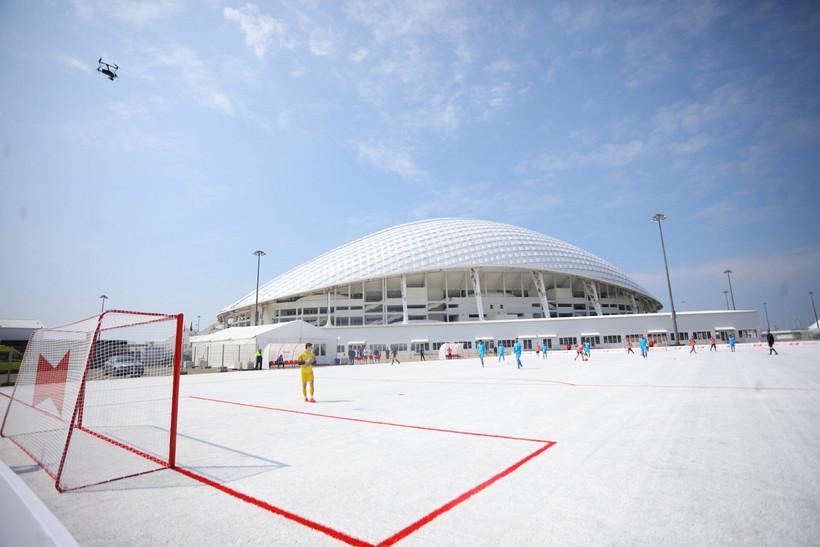 В Сочи открыли поле для футбола из пластиковых стаканчиков с Чемпионата мира
