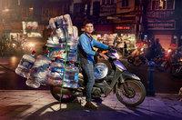 Уличные портреты курьеров Ханоя, которые перевезут на своих мопедах все что угодно