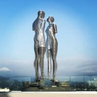 Движущиеся статуи мужчины и женщины в Батуми, которые символизируют трагическую любовь