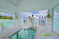 От этого праздничного павильона со стеклянным полом над водой дух захватывает!