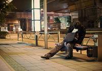 9 странных фото японцев, уснувших в самом неподходящем месте