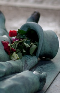 В Париже находится самая сексуальная могила в мире