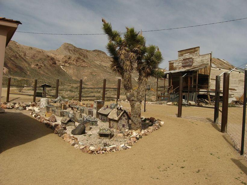 долина смерти Путешествие в Долину Смерти ghost town rhyolite death valley1