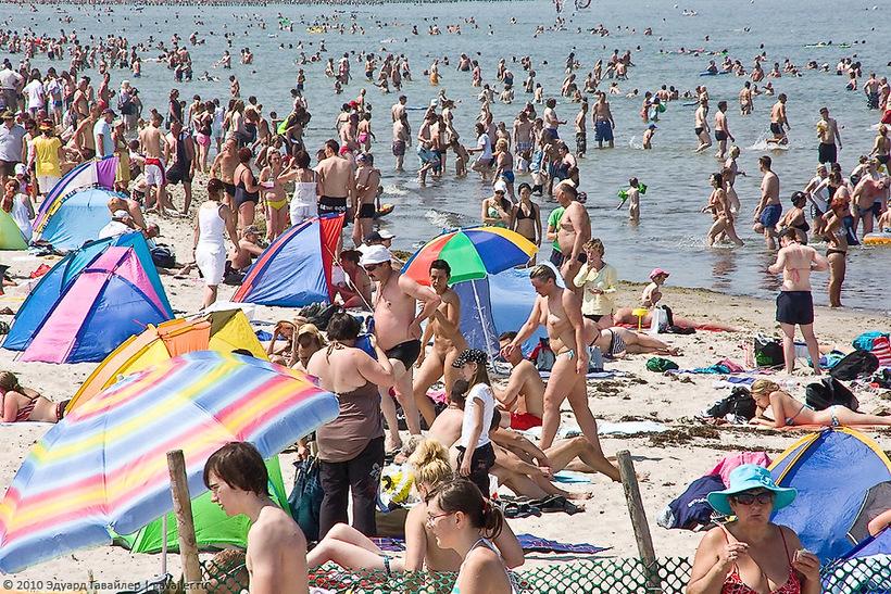 Как выглядит переполненный пляж в летний сезон в Китае и в Германии