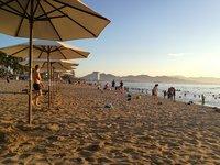 Отдыхающие на пляже Нячанга, июнь 2017