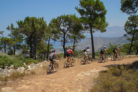 Поездка на велосипеде вдоль гор острова