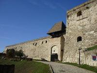 Высокие стены дают надежную защиту