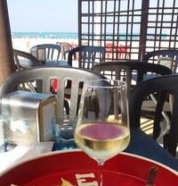 Вино в баре на итальянском пляже