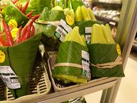 Азиатские супермаркеты вернулись к использованию листьев вместо пластиковой упаковки