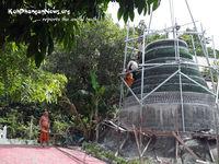 В Таиланде буддийский монах строит ступу из пивных бутылок