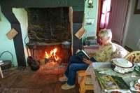 Британка 77 лет живет без света, интернета и телевидения в домике с соломенной крышей