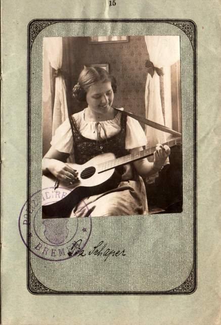 Какими были паспорта 100 лет назад, когда фото на документ могло быть любым