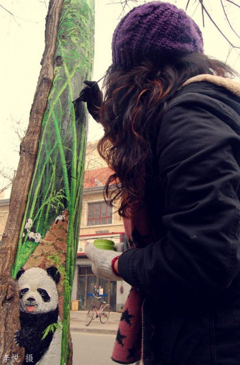 Китаянка поднимает настроение горожанам при помощи потрясающих рисунков на деревьях