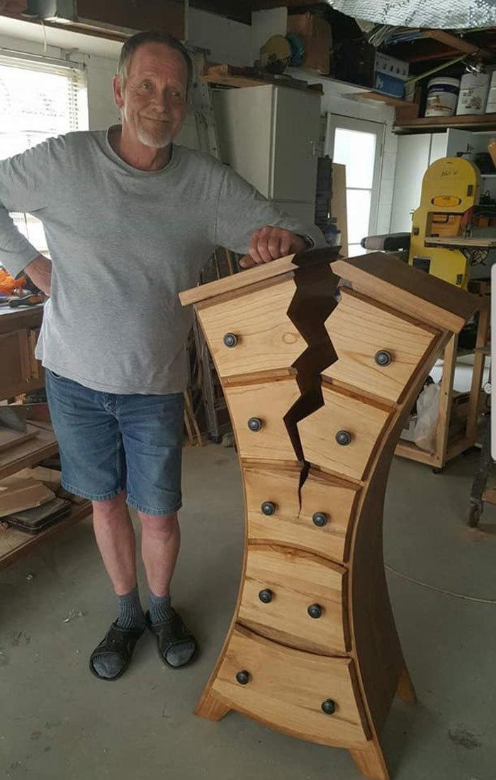 Словно из сказки: мужчина делает потрясающую мебель, которая выглядит «сломанной»